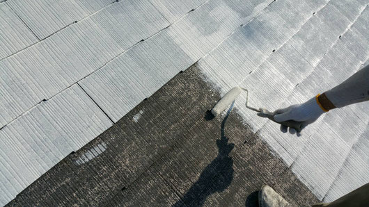 養老町、大垣市、平田町、南濃町、海津町、上石津町、輪之内町で屋根塗装工事中の屋根塗装専門店。養老町石畑で屋根塗装/屋根塗装工事の下塗り塗装作業中