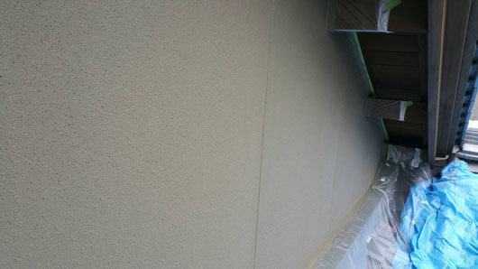 上石津町、大垣市、平田町、南濃町、海津町、養老町、輪之内町で外壁塗装工事中の外壁塗装専門店。上石津町乙坂で外壁塗装/ 外壁塗装工事の中塗り塗装作業中