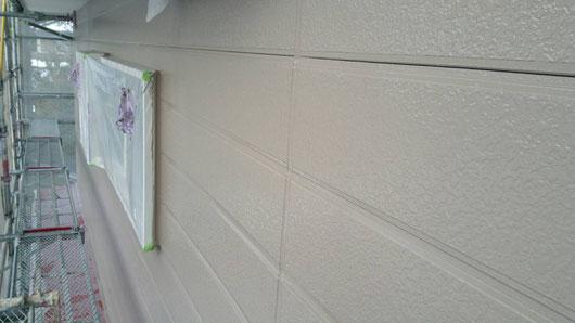 養老町、大垣市、平田町、南濃町、海津町、上石津町、輪之内町で外壁塗装工事中の外壁塗装工事専門店。養老町柏尾で外壁塗装/外壁塗装工事の上塗り塗装作業中