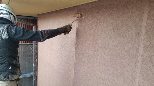 養老町、大垣市、平田町、南濃町、海津町、上石津町、輪之内町で外壁塗装工事中の外壁塗装工事専門店。養老町大場で外壁塗装/外壁塗装工事の上塗り塗装作業中