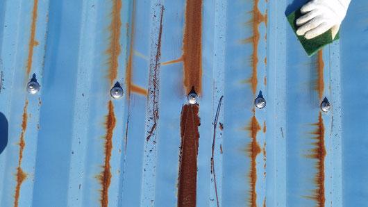 養老町、大垣市、平田町、南濃町、海津町、上石津町、輪之内町で屋根塗装工事中の屋根塗装専門店。養老町栗笠で屋根塗装/ケレン作業中