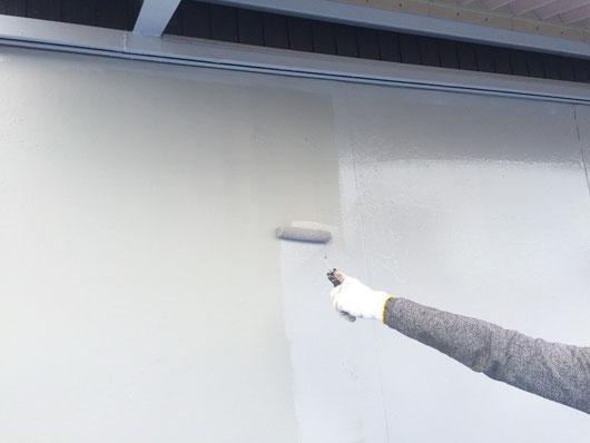 海津町、南濃町、平田町、養老町、輪之内町、羽島市、祖父江町、八開村、立田村、長島町、多度町、北勢町で屋根塗装工事中の外壁塗装工事専門店。海津町で外壁塗装工事/車庫上塗り作業中
