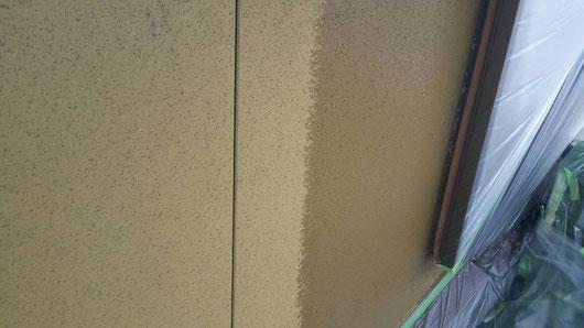 上石津町、大垣市、平田町、南濃町、海津町、養老町、輪之内町で外壁塗装工事中の外壁塗装専門店。上石津町乙坂で外壁塗装/ 外壁塗装工事の下塗り塗装作業中