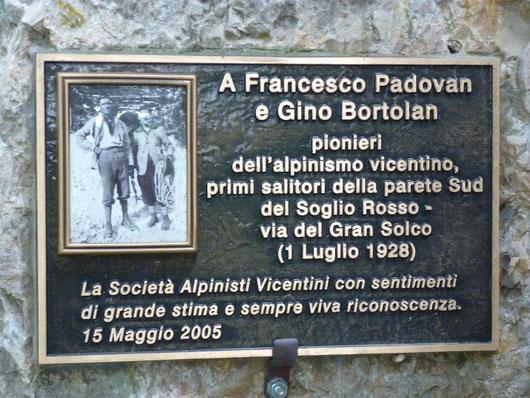 Targa commemorativa alla base della omonima via al Sojo Rosso