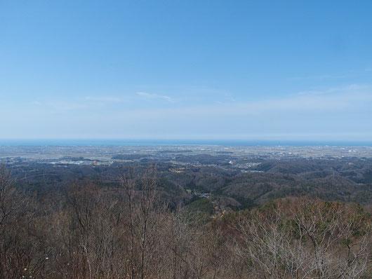 展望台正面は手取川と日本海。手取川河口は水の色が変わっているところ。右に視界を移すと石川県庁も望めた。