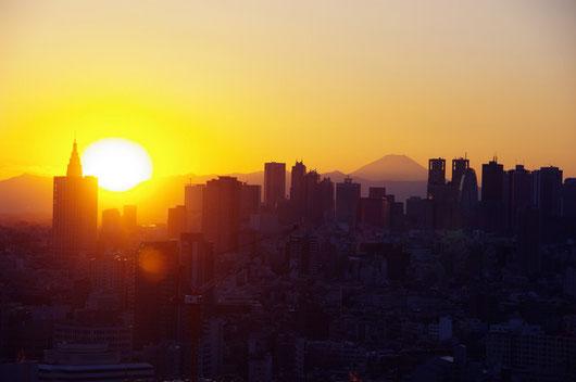 大晦日、新宿の高層ビルと富士山の中に沈む夕日だよ。キレイね…皆様も素敵な新年をお迎えくださいm(__)m