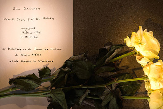 Flowers and a memorial letter to the victims of Ploetzensee
