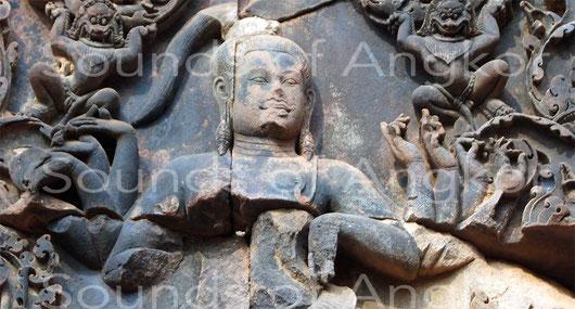 Les mudrās des bras gauches de Shiva sont parfaitement identifiables. Banteay Srei.