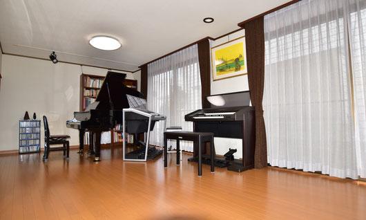 レッスンルームの様子。ピアノとエレクトーン