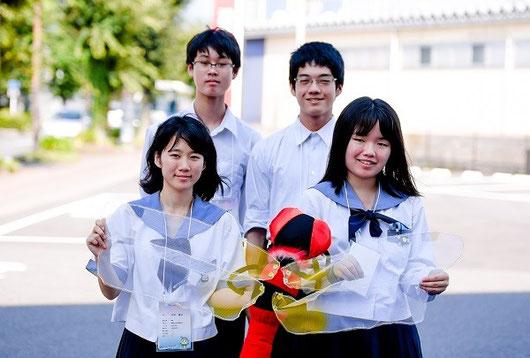 前列左から川中美沙さん(2年)、佐々木春奈さん(3年) 後列左から大崎健志郎くん(1年)、渡部慶一郎くんくん(1年)