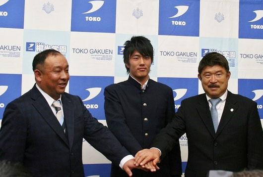左から 桐光学園サッカー部 鈴木勝大監督、小川くん、ジュビロ磐田 加藤久氏