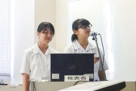 左から椎葉成美さん(2年)、津留まほさん(2年)