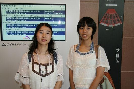 平澤茉衣さん(左)、岡本和泉さん(右)。3年生の先輩の実験を2年の彼女たち2人が引き継ぐので、そのためにポスター発表に一緒に参加しました。
