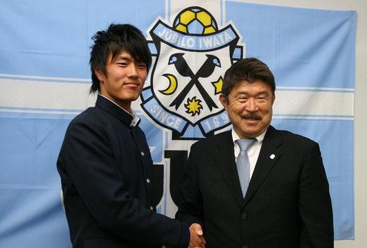 左が小川くん、ジュビロ磐田 強化本部長 加藤久氏