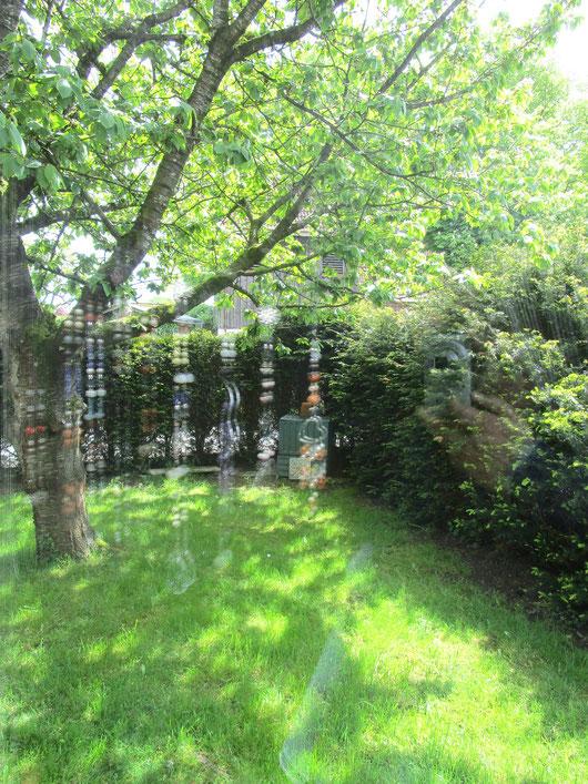 Blick aus meinem Schlafzimmerfenster auf den Glockenturm hinter der Hecke...