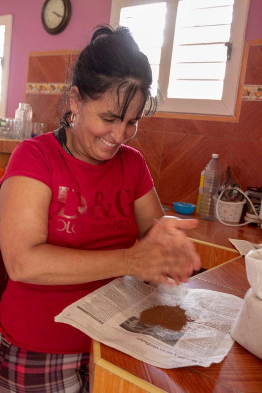 Moteris džiovina tabako sėklas