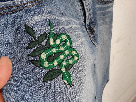 Une jupe « vintage » ayant la chance d'avoir une deuxième vie maintenant qu'elle est ornée d'un motif original, inspiré de la maison Serpentard de la série Harry Potter.