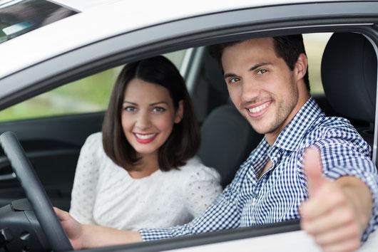 Kunden zufrieden beim Autokauf