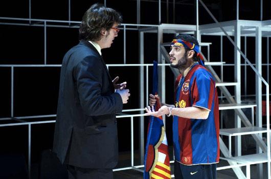 A la foto, els actors Joan Carreras i Júlio Manrique en un moment de Dia de partit al Teatre Lliure.