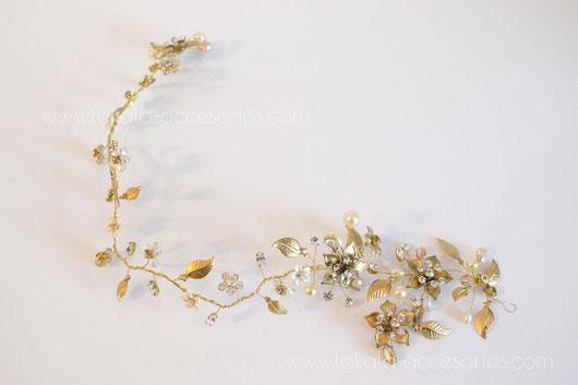 Vincha de novia romántica con flores y hojas de metal, cristales y strass.
