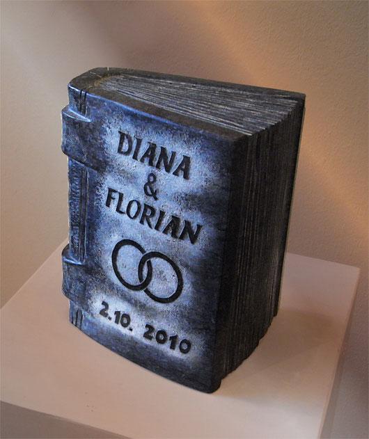Buch aus Stein mit Namensgravur