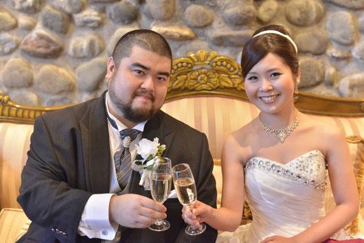 乾杯する一色と嫁