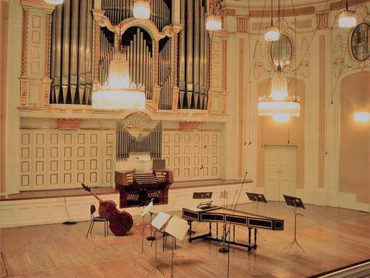 ザルツブルク・モーツァルテウム大ホール。1918年竣工で客席数800。  夏のザルツブルク音楽祭では、主にモーツァルトの室内オーケストラや室内楽の  演奏会の会場として現在も使われている。1953年8月12日シュヴァルツコップ  フルトヴェングラーによりヴォルフ歌曲の演奏会もここで開かれた。WikiCommons