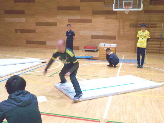 体育館での「器械運動勉強会」の様子