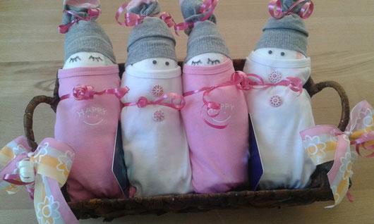 ©St-Asp: kleine Zwirnköpfe in Rosa/Weiss als i-Tüpfelchen auf dem Babygeschenk.