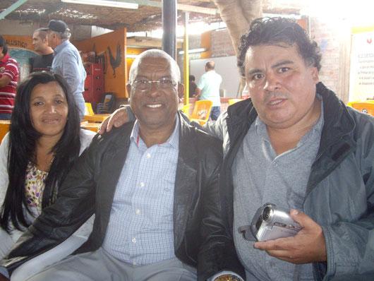 Los esposos Manuel Morel y Aida Altagracia con Edgar Garay (Gallos & Gallos)