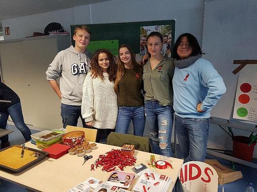 Schülerinnen und Schüler der 10. Klasse am Informationsstand zum Welt-Aids-Tag