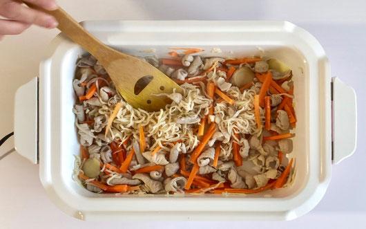豚白モツと切干大根の煮物 レシピ ②豚白モツを炒めます。色が変わったら切干大根、ニンジンを加えて炒めます。