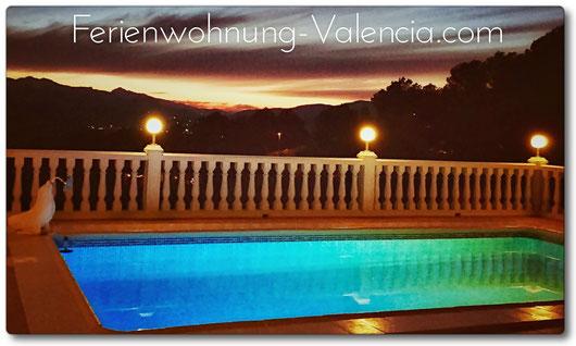 Pool der Ferienwohnung Valencia mit Blick auf den Sonnenuntergang