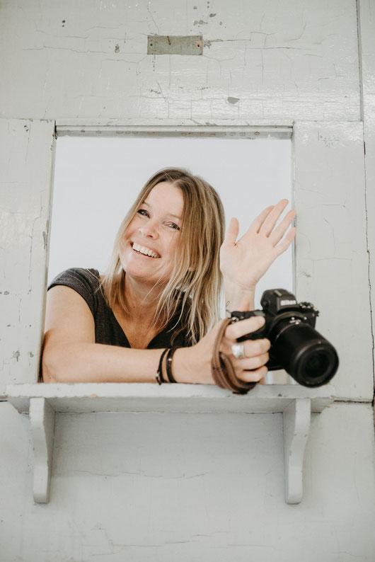 Portraitfoto der Fotografin Uschi Kitschke aus Kreuzau mit ihrer Kamera Nikon Z6 in der Hand.