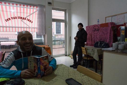 Bei schlechtem Wetter und kalten Temperaturen haben wir oft viele Stunden in einem Teehaus verbracht. So lernt man in kürzester Zeit das ganze Dorf kennen. Ein ganz besonderes Erlebnis!!