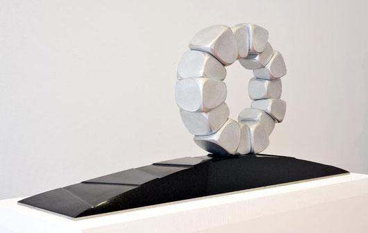 Circle - 時の旅人 <Circle - No.31> /  2001  /  aluminium 、granite(御影石)  /  H.45x85x22 cm