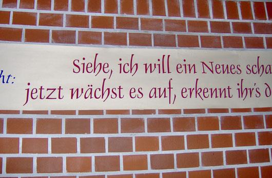 Die Inschrift an der evangelischen Kirche in Burg/Spreewald  · Malermeister Schombel · Cottbus · Burg