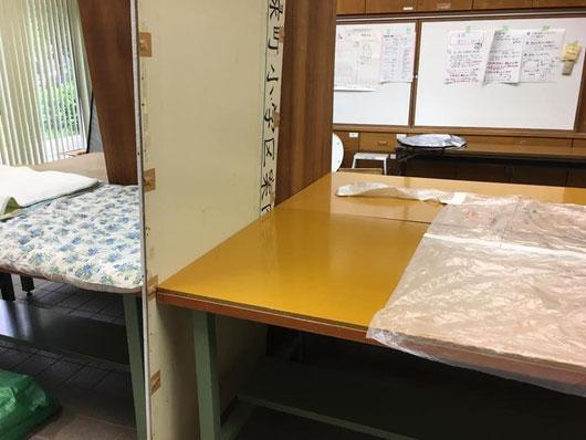 防護服も作ってみたと。  電源がなくて携帯が見られなくてもすぐ対応できるように紙に書き出し、実物を一つ救護所用のマニュアルボックスに入れておくそうです。