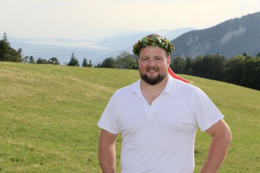 Mit Kranz auf dem Kopf und Bielersee im Hintergrund. (Bild: Corinne Burren)