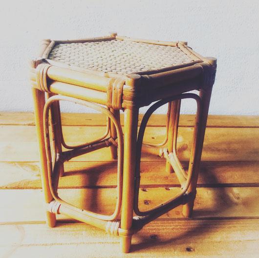 Sechseckiger Vintage Bambus Beistelltisch für Blumen oder andere schöne Sachen. Mehr Vintage Interior & Classic design gibt es in der www.collage-gallery.de in Speyer