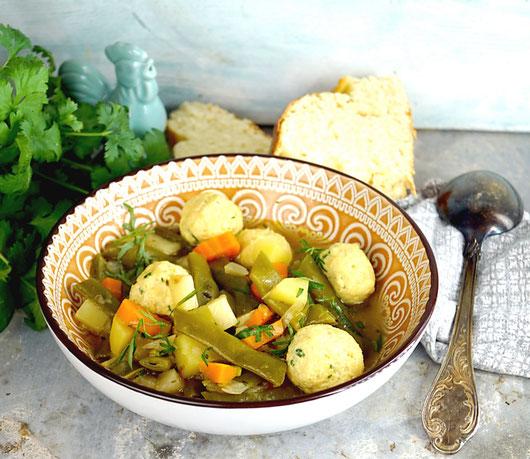 Bohneneintopf mit Gemüse, Kräutern und Hühnerfleischklößchen mit Parmesan