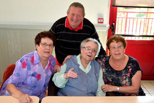 Louise notre centenaire avec Annick à gauche, Anne Marie à droite et Claude au centre