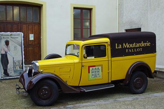 Im Hof der Moutarderie Fallot steht dieser schöne alte Lieferwagen