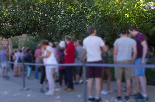 trotz Zeitfenster-Ticket: man steht ein Weilchen an am Nesriden-Palast