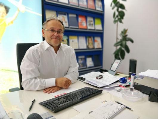 Finanzmakler Sedat Koçer in seinem Büro
