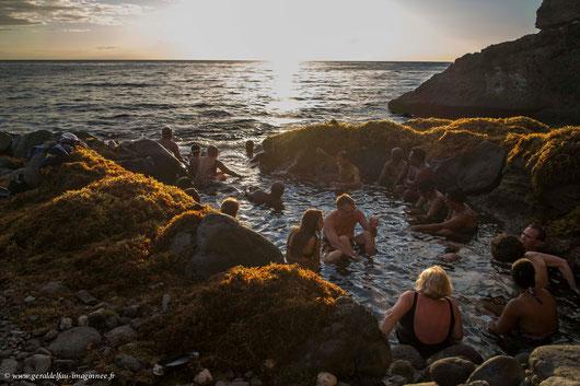 baigneurs dans le bassin naturel et la mer des Caraïbe à Bouillante en Guadeloupe
