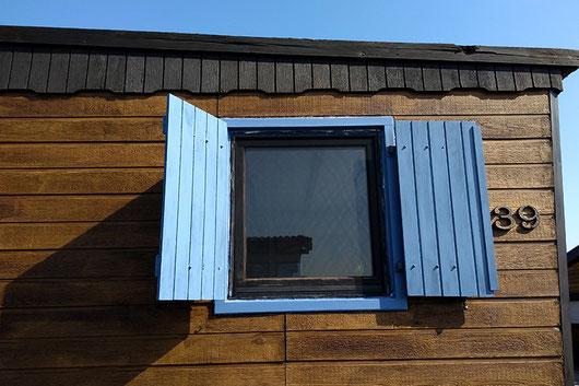 Fensterrahmen streichen, blaue Fensterrahmen, Tiny House
