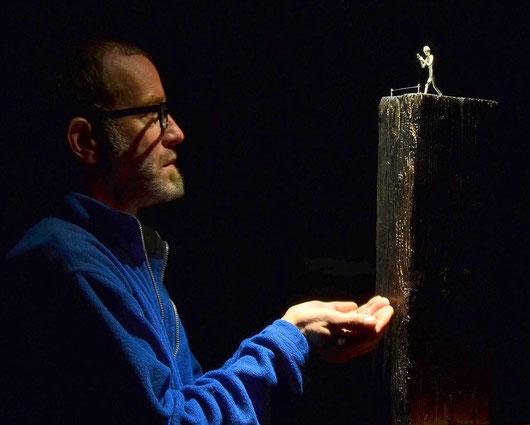Der Künstler Holger Schulz und seine Skulptur New Blindness aus Sterlingslber und Holz