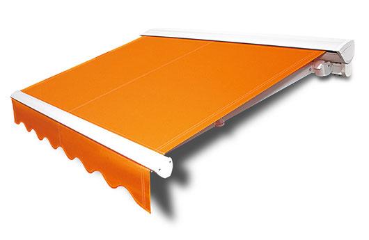 """Hülsenmarkise """"Topline Plus"""" mit orangem Stoff und weißem Gestell von Wo&Wo im ausgefahrenem Zustand"""