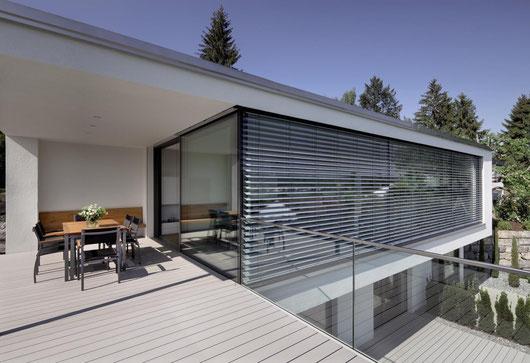 Außenraffstore auf moderner Villa